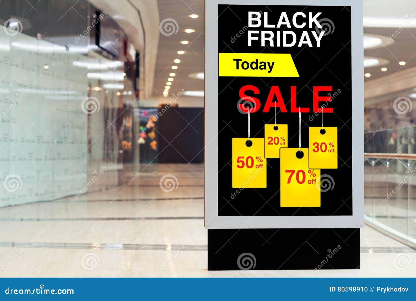 Billboard reklamuje Black Friday i rabaty w środkowej ampule