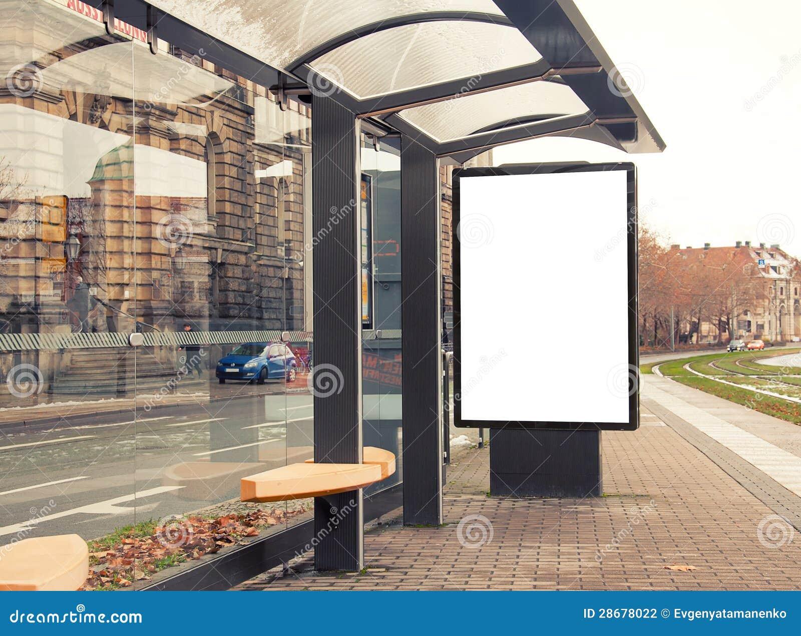 Billboard, sztandar biały przy autobusową przerwą, pusty,