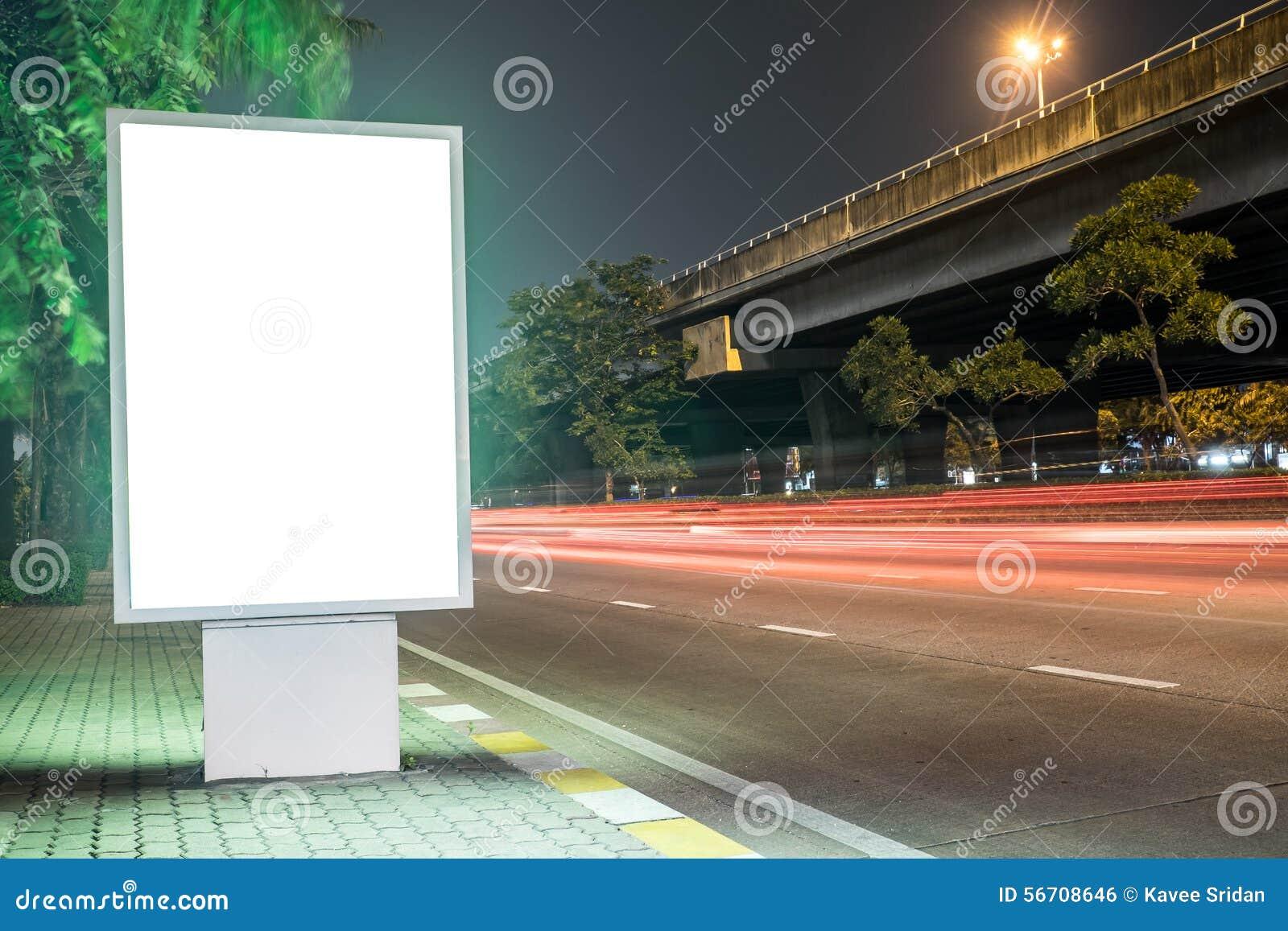 Billboard w miasto ulicie, pustego ekranu ścinku ścieżka zawierać