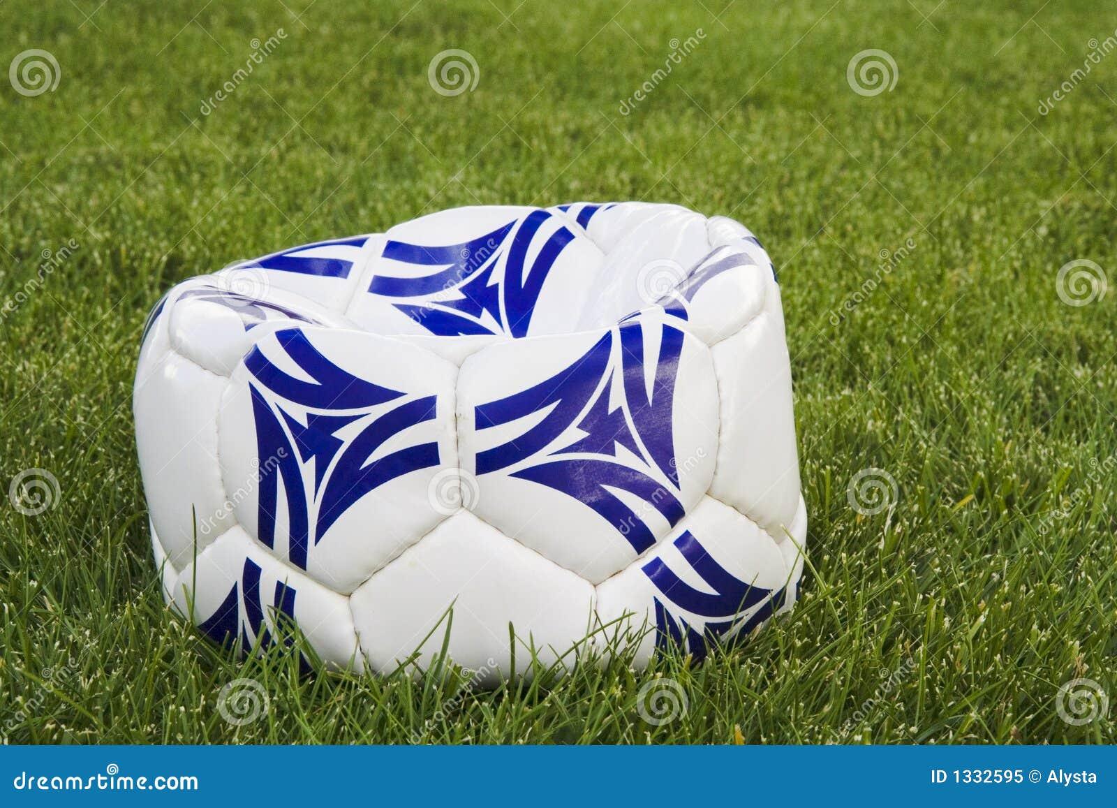 Bille de football à plat blanche et bleue sur l herbe