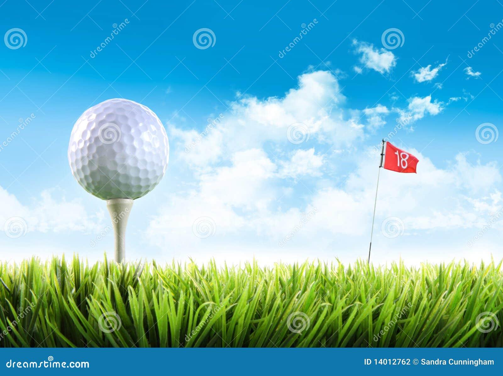 Bille de golf avec le té dans l herbe