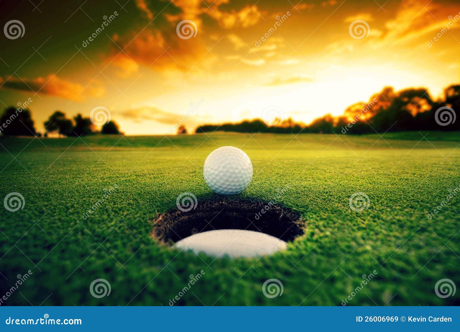 Bille de golf près de trou