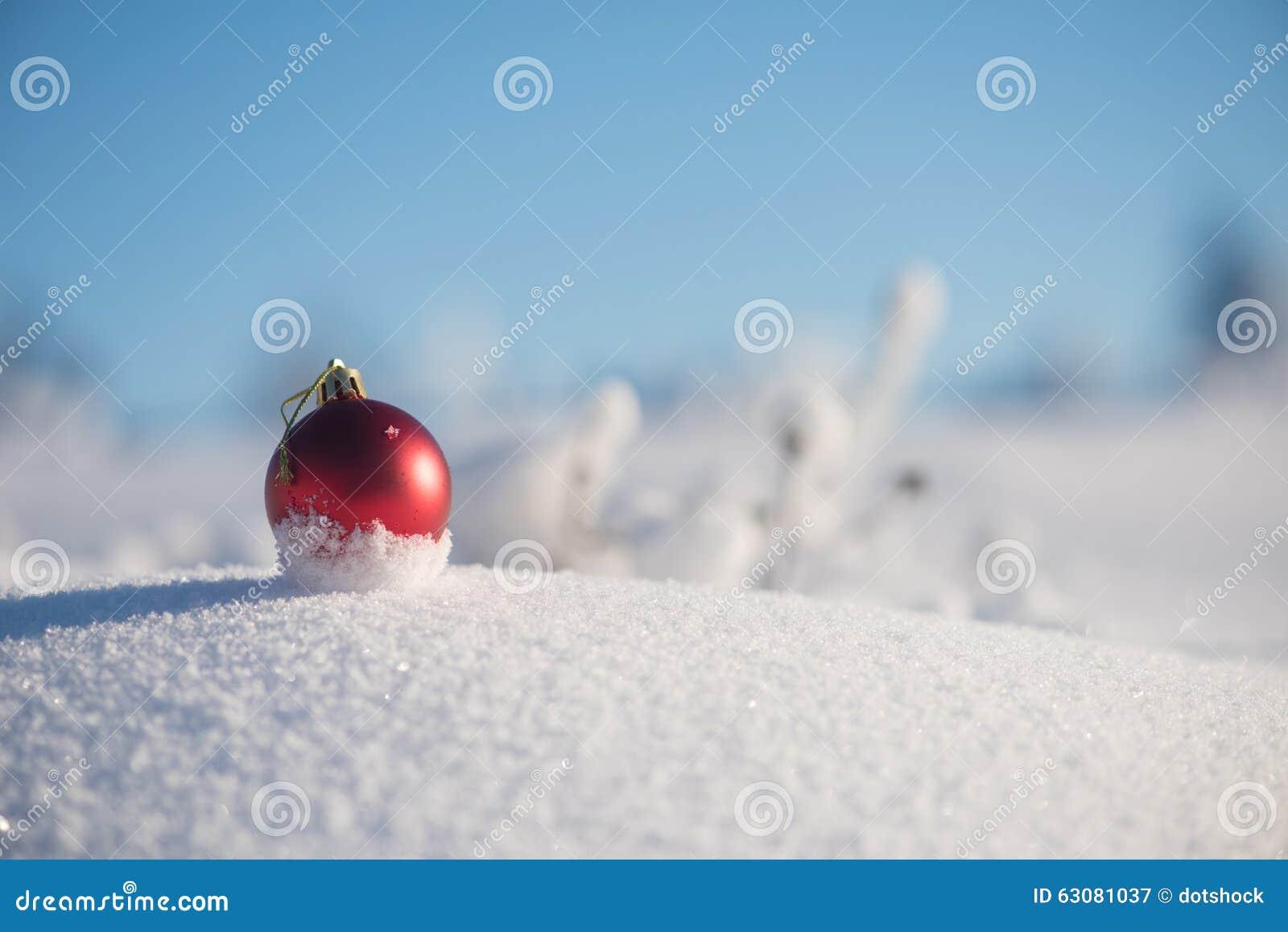 Download Bille De Noël Dans La Neige Image stock - Image du extérieur, closeup: 63081037