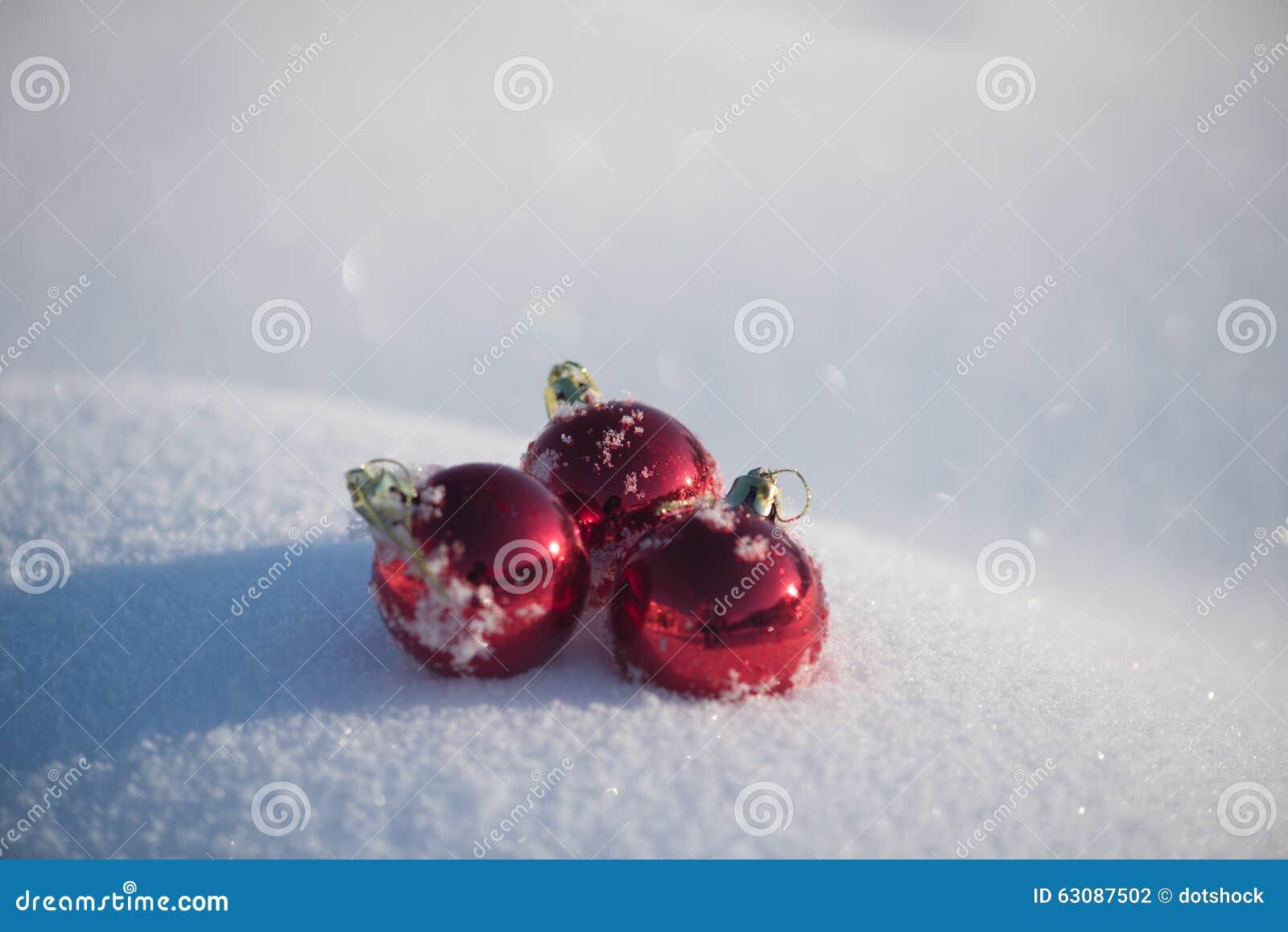 Download Bille De Noël Dans La Neige Photo stock - Image du ornements, célébrez: 63087502