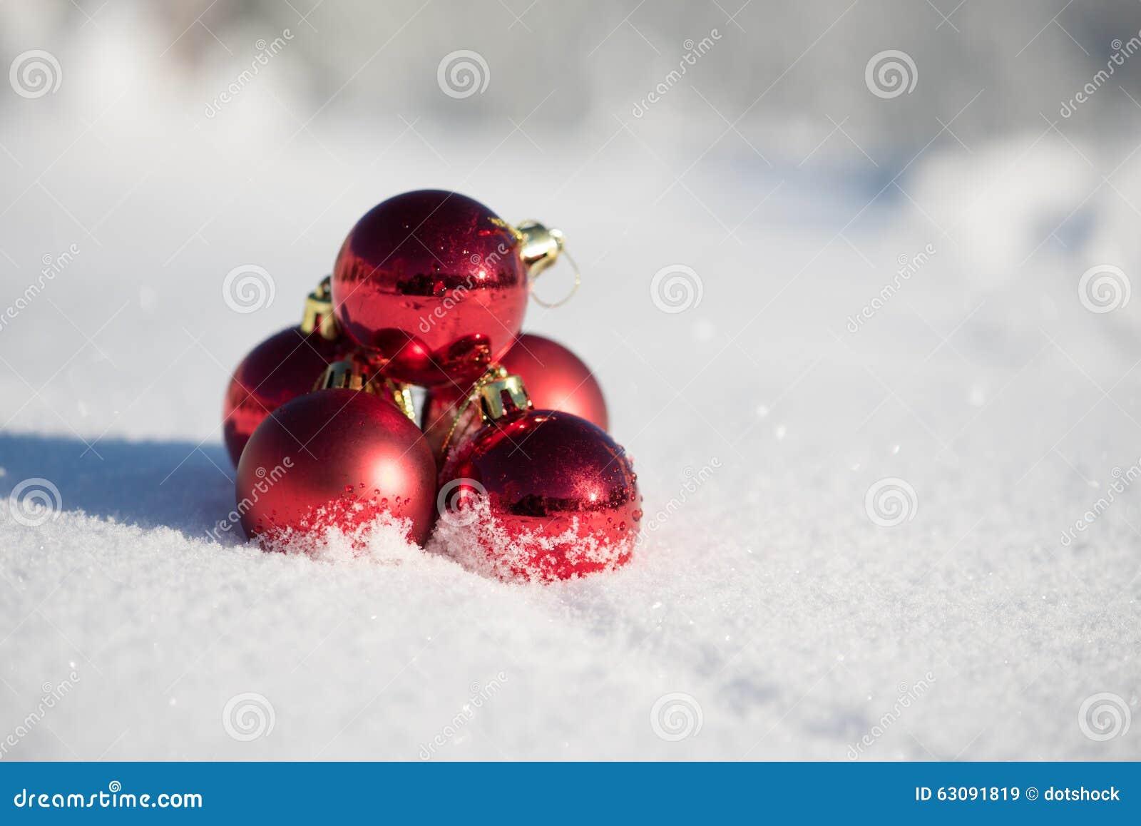 Download Bille De Noël Dans La Neige Image stock - Image du célébration, bille: 63091819