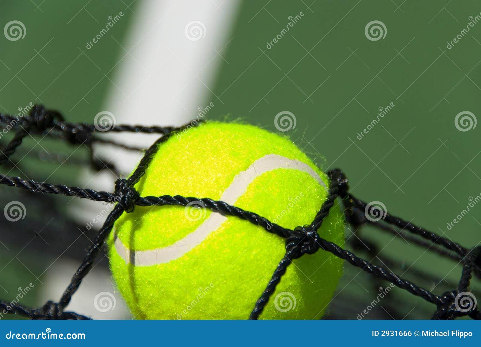 Bille de tennis dans le réseau