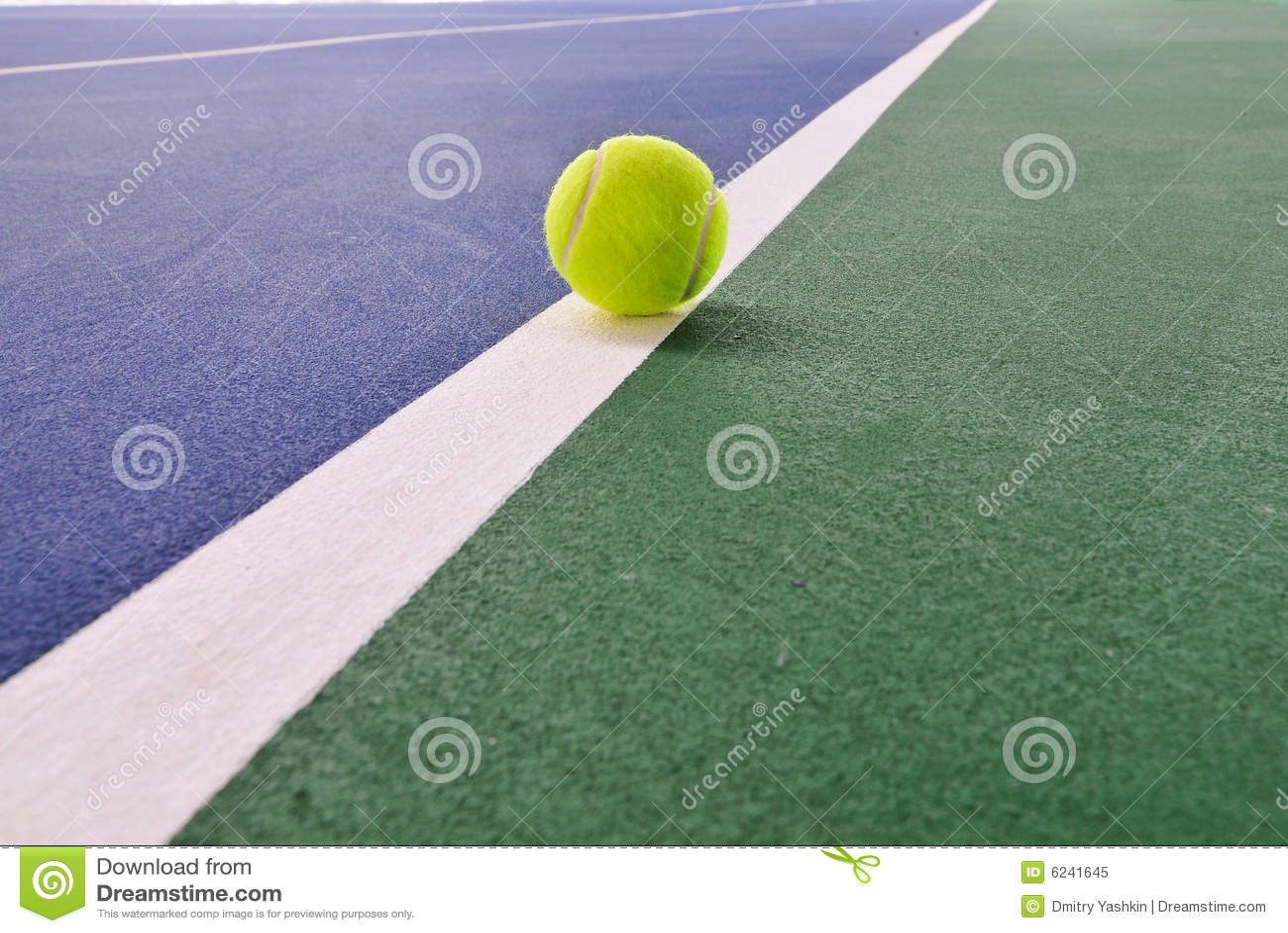 Bille de tennis sur le court de tennis