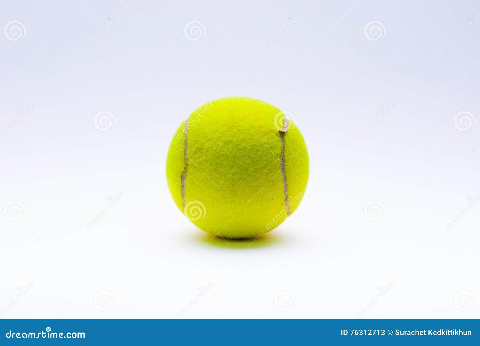 Bille de tennis sur le fond blanc