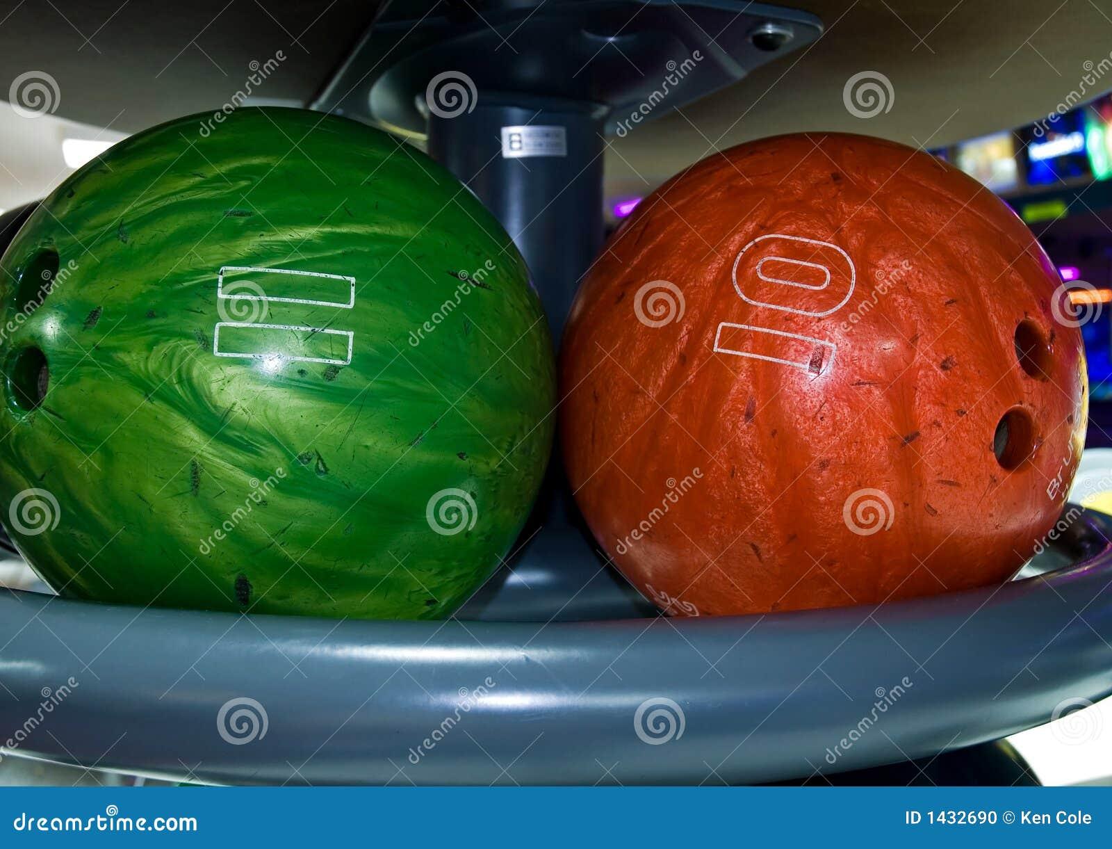 Billes de bowling dans une armoire