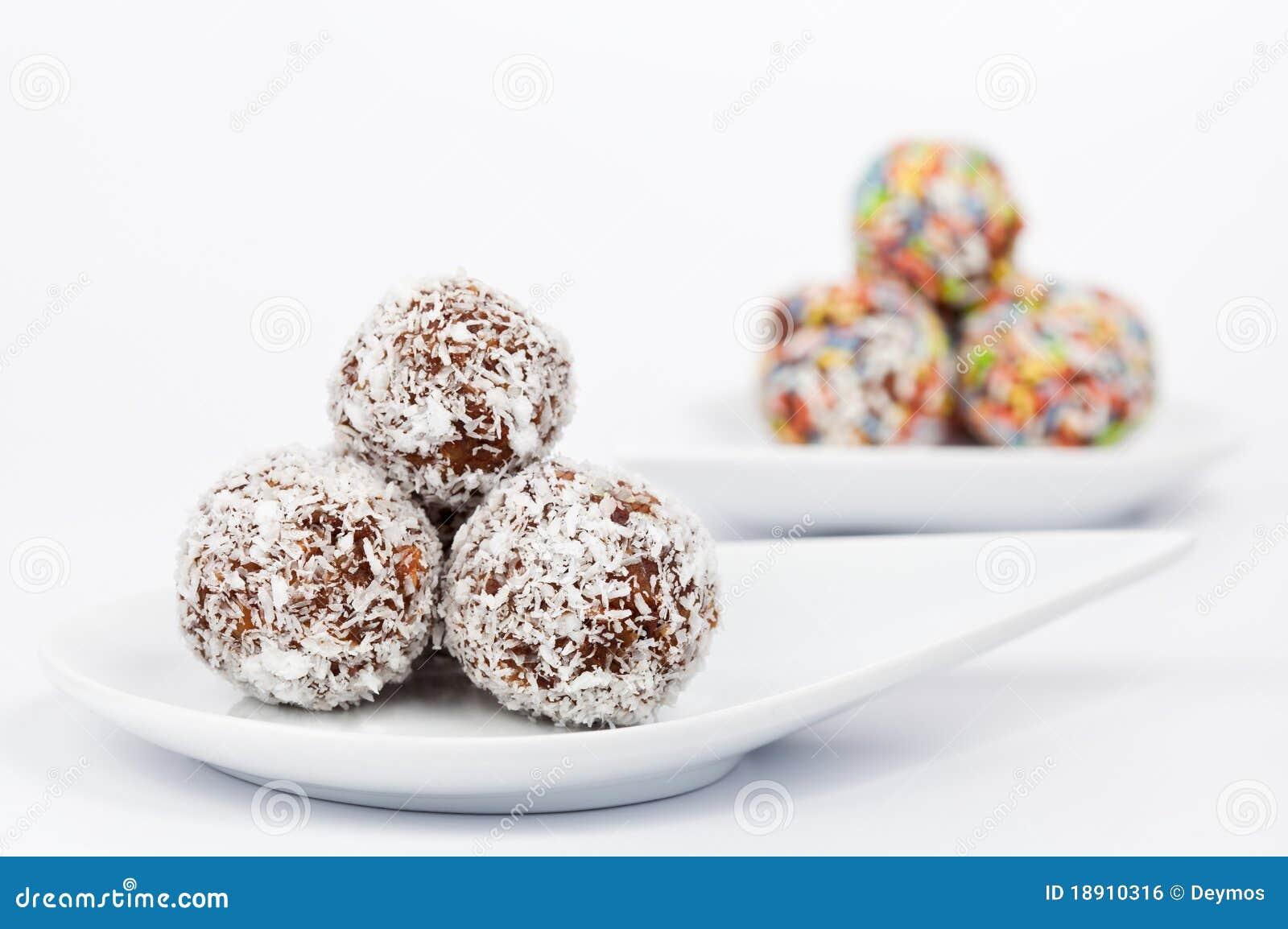 Billes de chocolat et de noix de coco d une plaque blanche