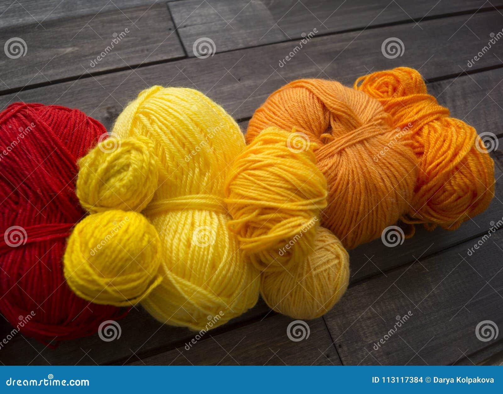 Billes de filé coloré Le processus de tricoter des chapeaux