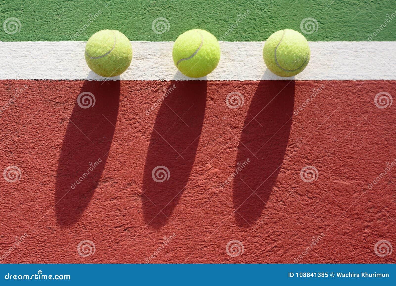 Billes de tennis sur la cour