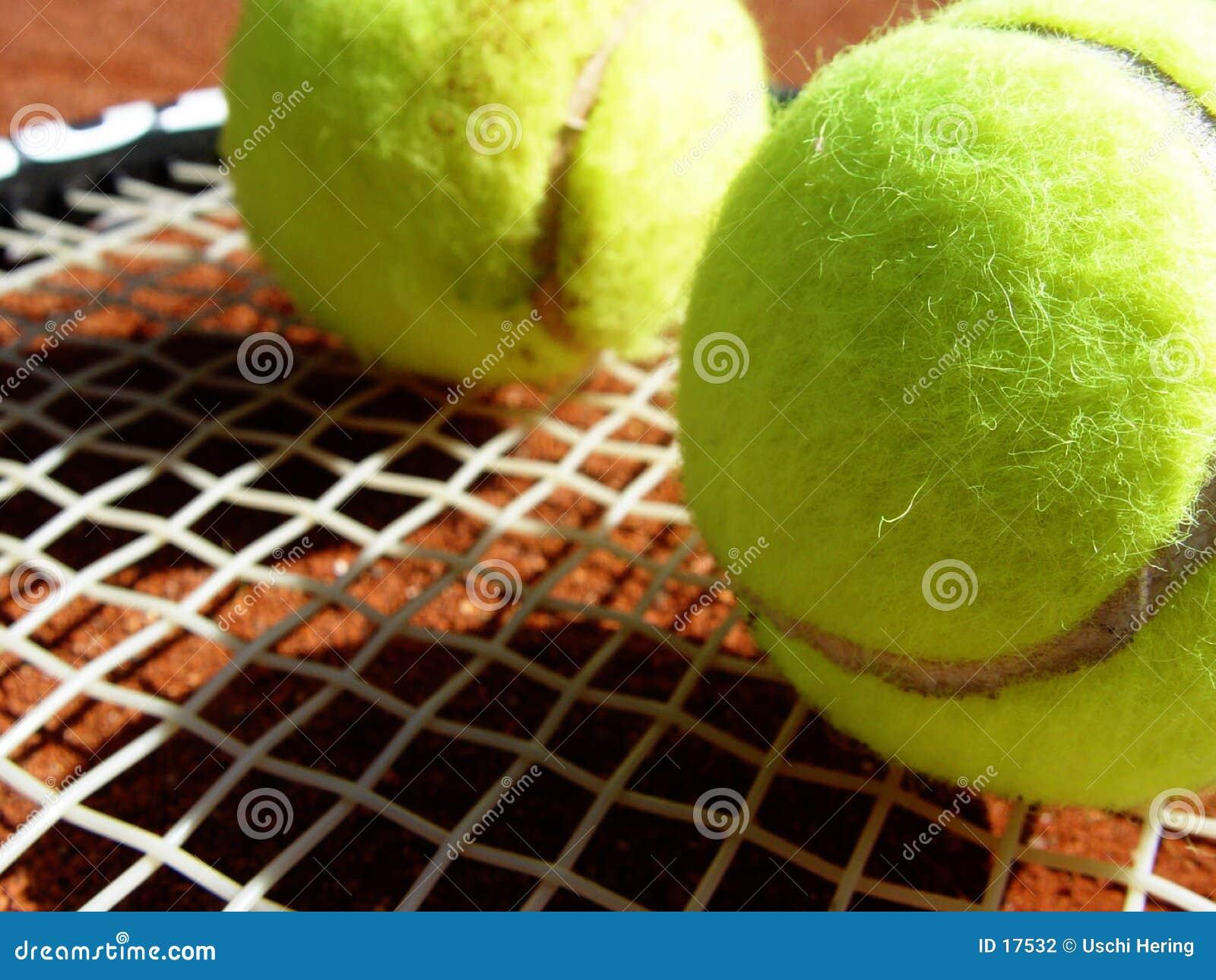 Billes et raquette de tennis