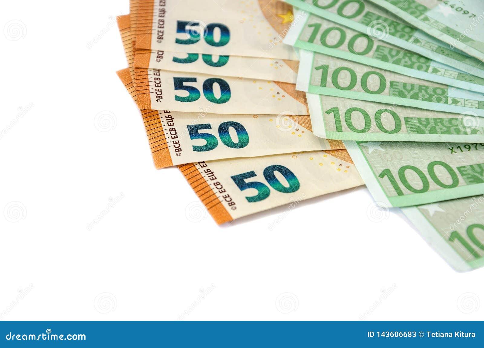 Billetes de banco de cientos y cincuenta euros en un fondo blanco