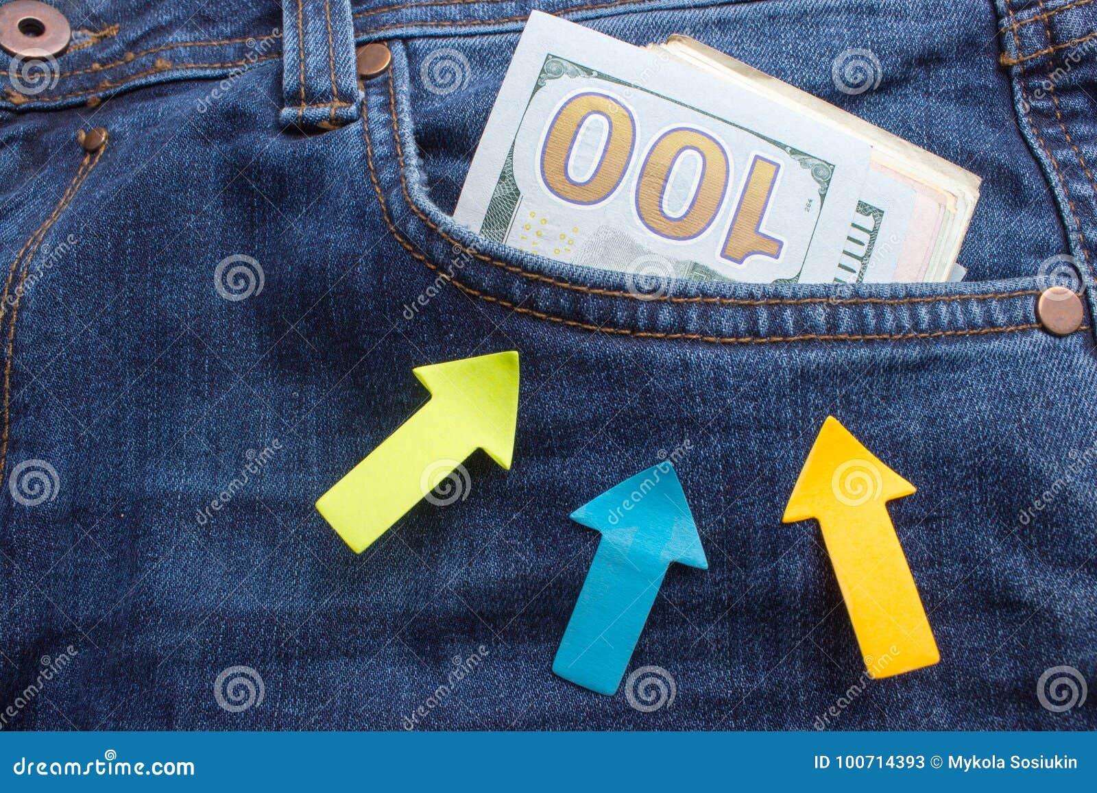 Billetes de banco del dólar en primer del bolsillo de los vaqueros Concepto  del asunto Dinero e6429fe8c5b4