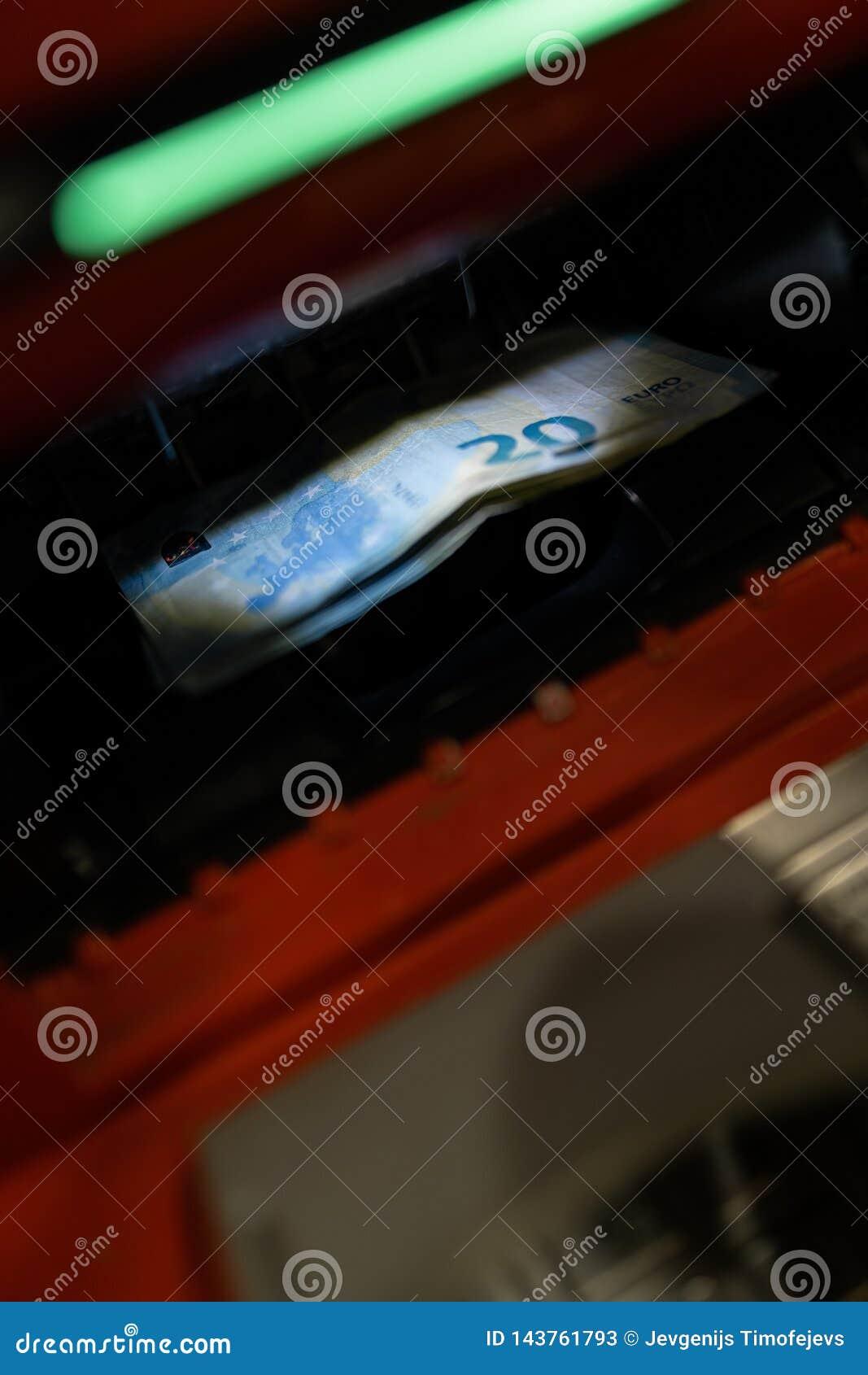 20 billetes de banco euro en la máquina del cajero automático en el banco en centro comercial