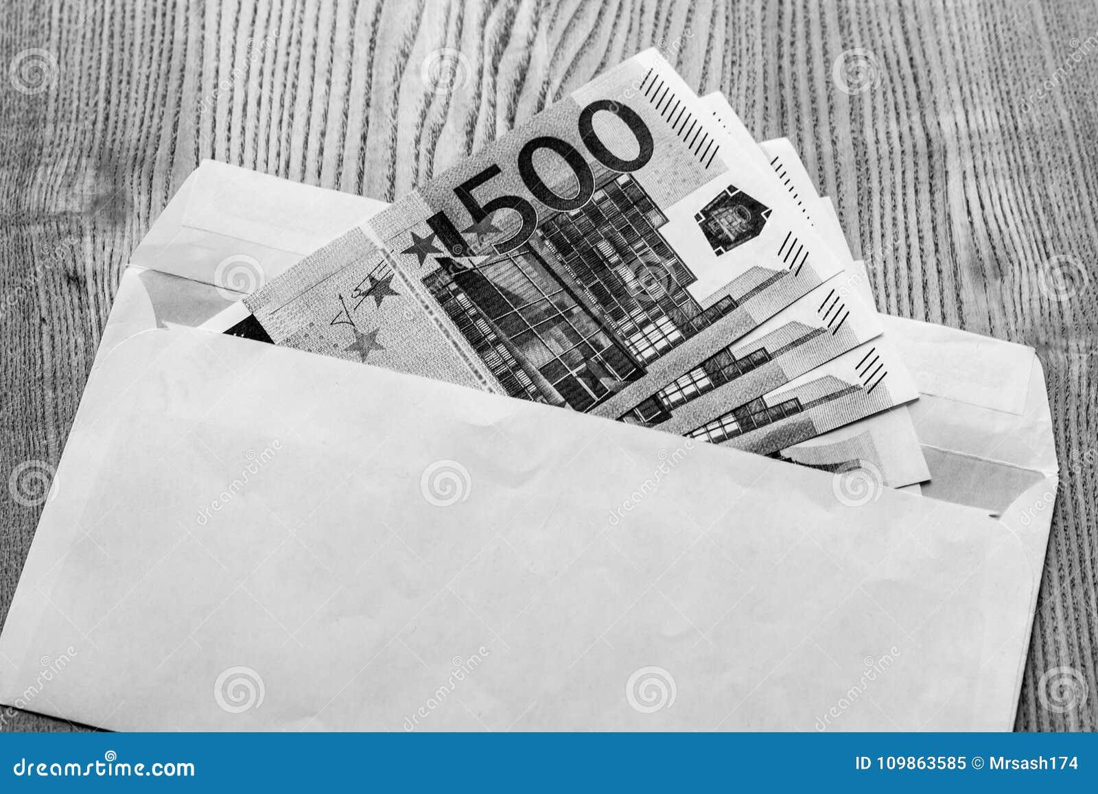 a68576072 Billetes de banco euro en un sobre blanco en un fondo de madera en color  blanco y negro Un presente del regalo Soborno del efectivo Sueldo negro en  un sobre ...