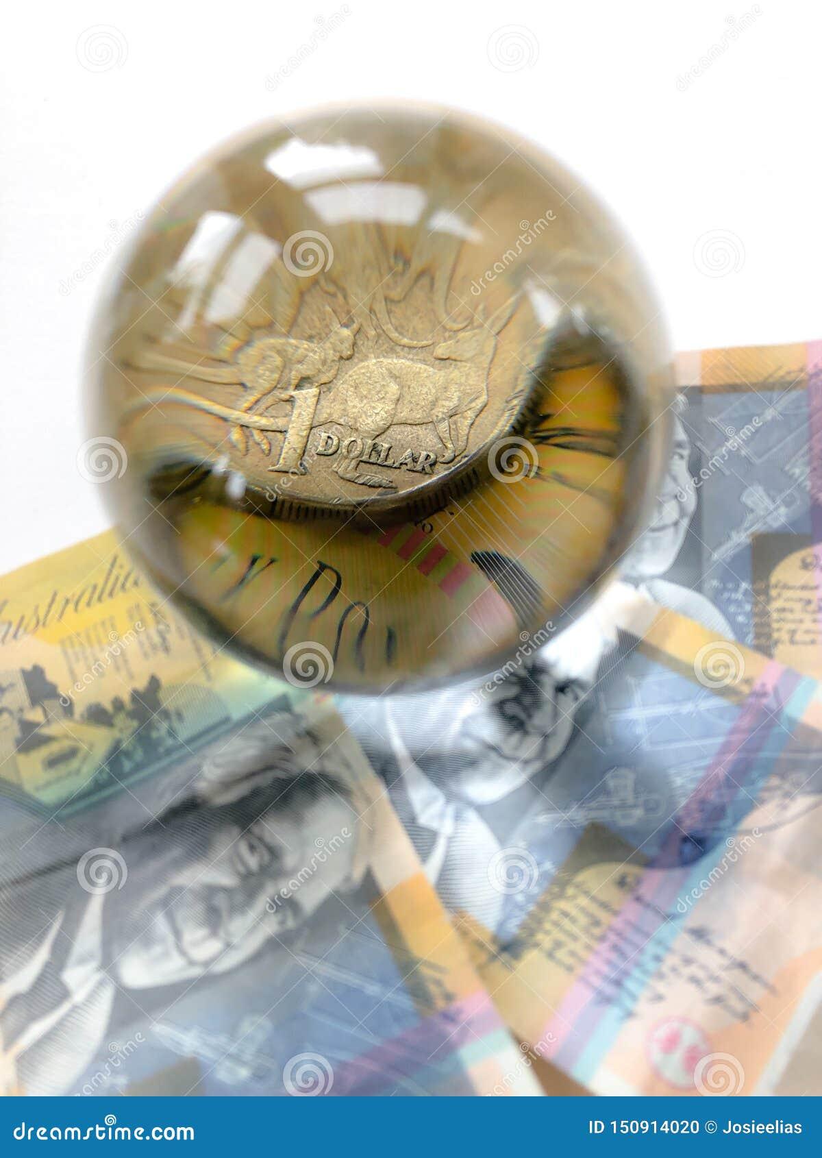 Billetes de banco, moneda y bola de cristal australianos en whitebackround