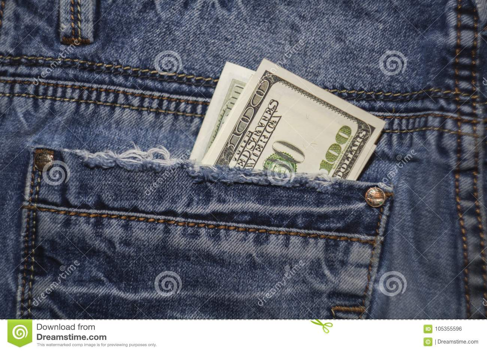 4d4d23713 Billetes de dólar del americano 100 en el bolsillo trasero de tejanos
