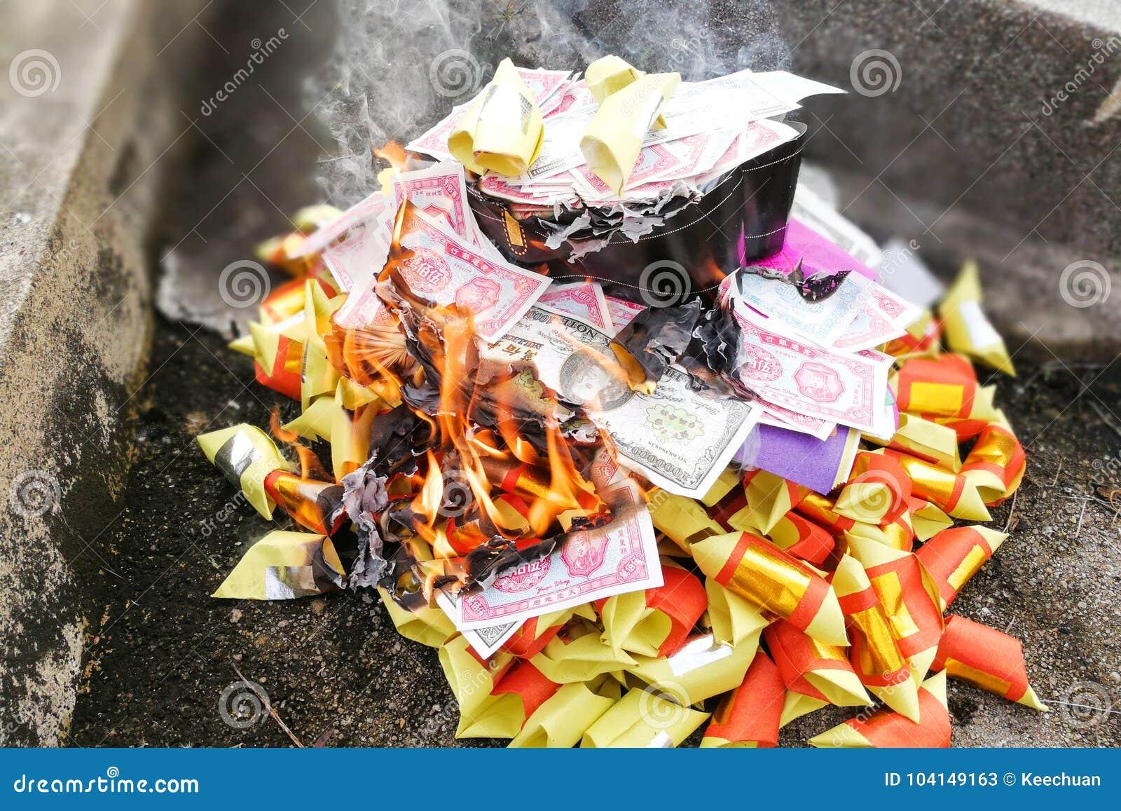 Billetes y oro del taoism de la quemadura china de la tradición a los antepasados