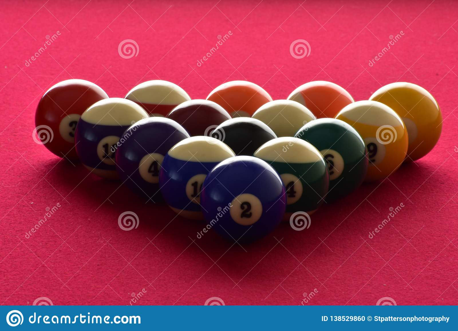 Billiardbollar på en röd klädd med filt pöltabell