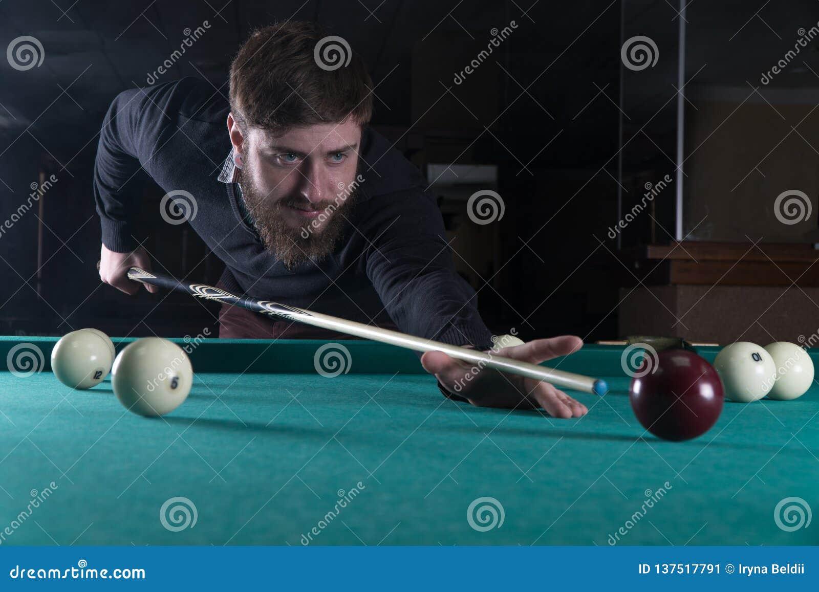 Billiards obsługują bawić się Koncentracja wkładać do kieszeni piłkę