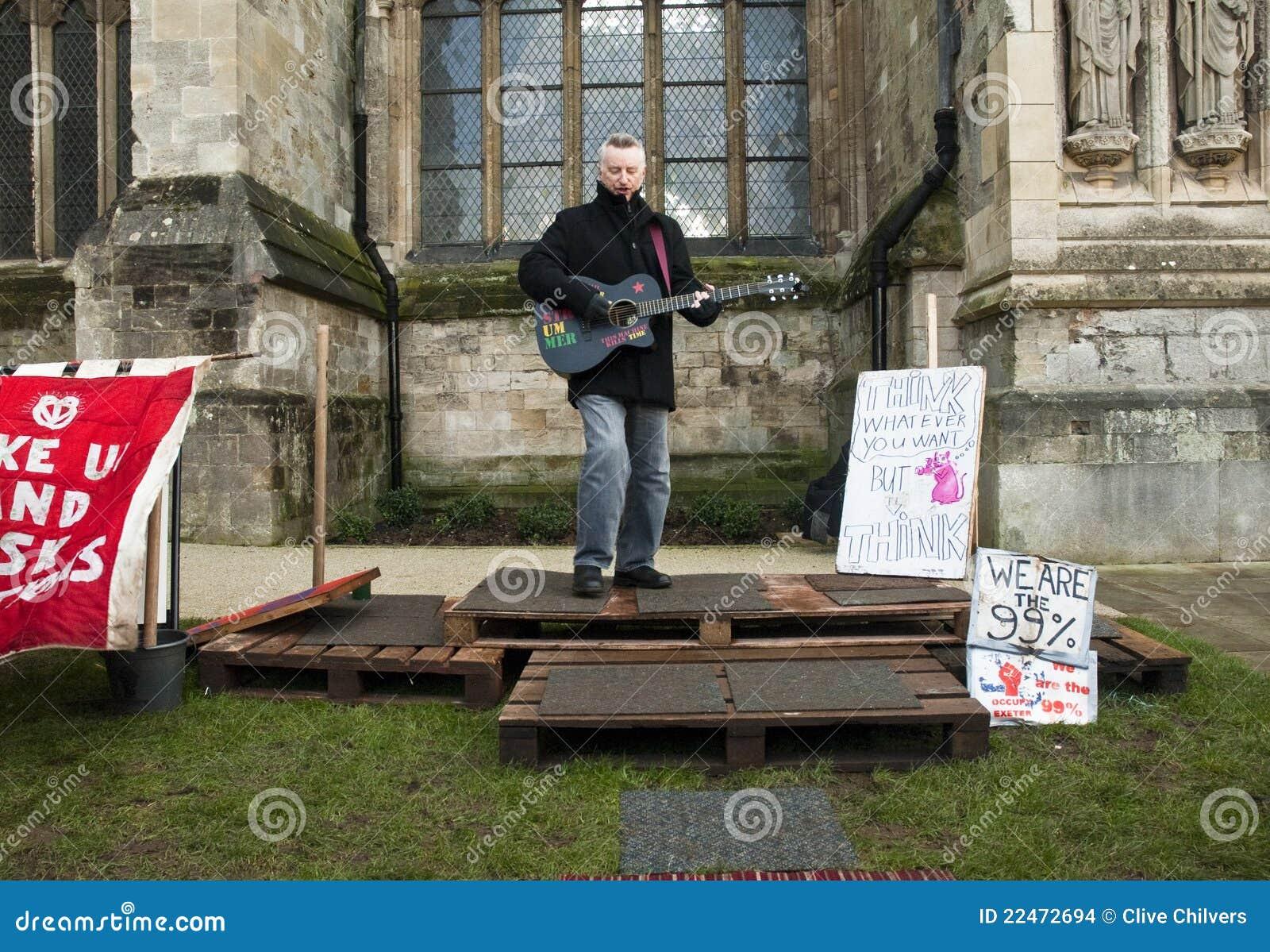 Billy Bragg devant la cathédrale d Exeter