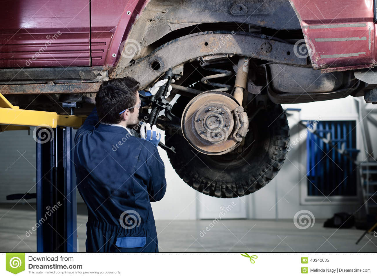 Bilmekaniker på arbete