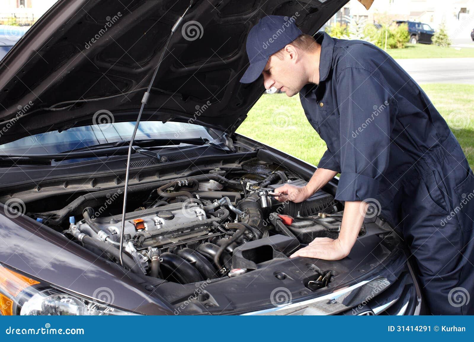 Bilmekaniker som arbetar i service för auto reparation.