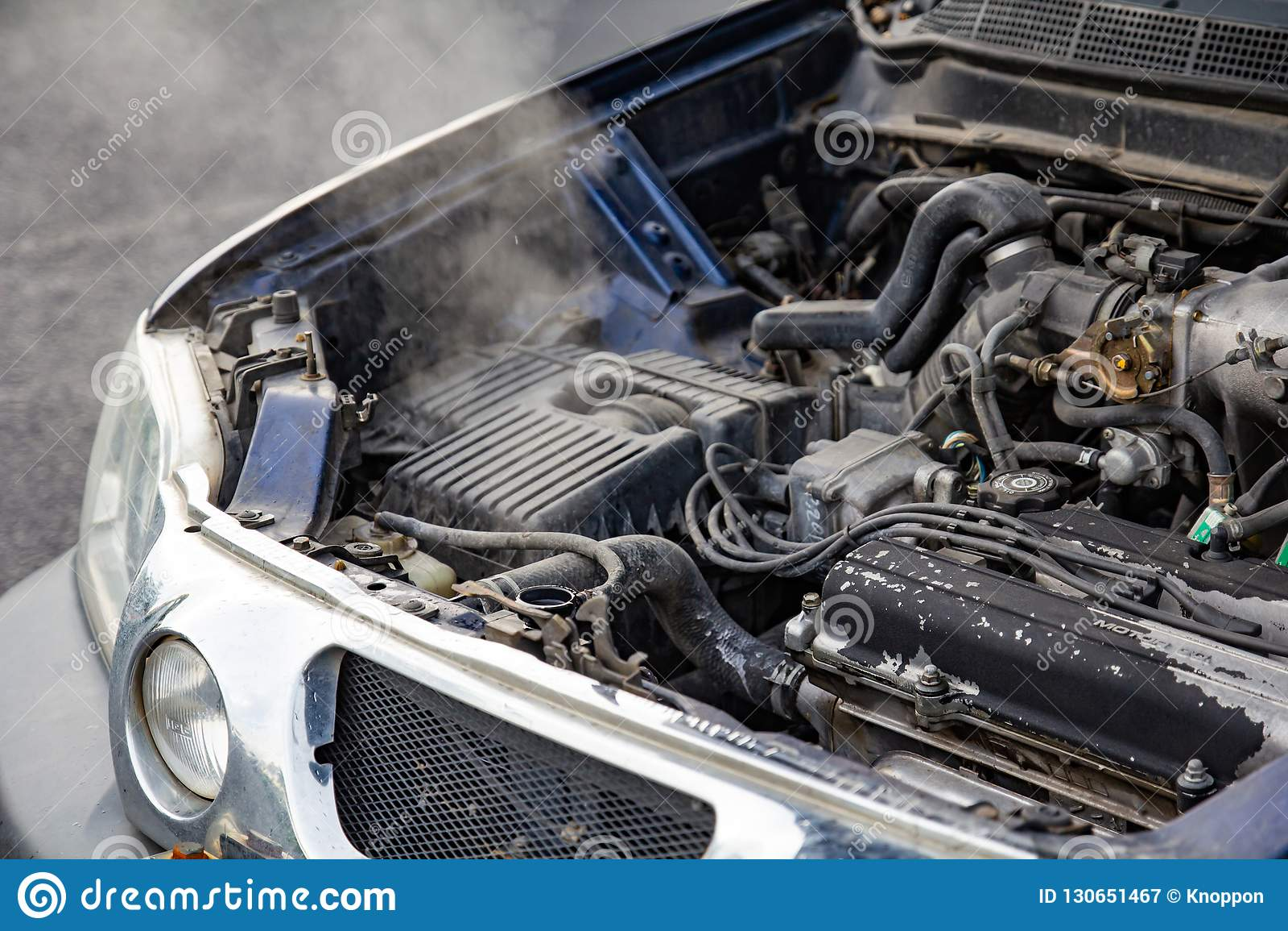 Bilmotor över värme med inget vatten i element och kylasyste