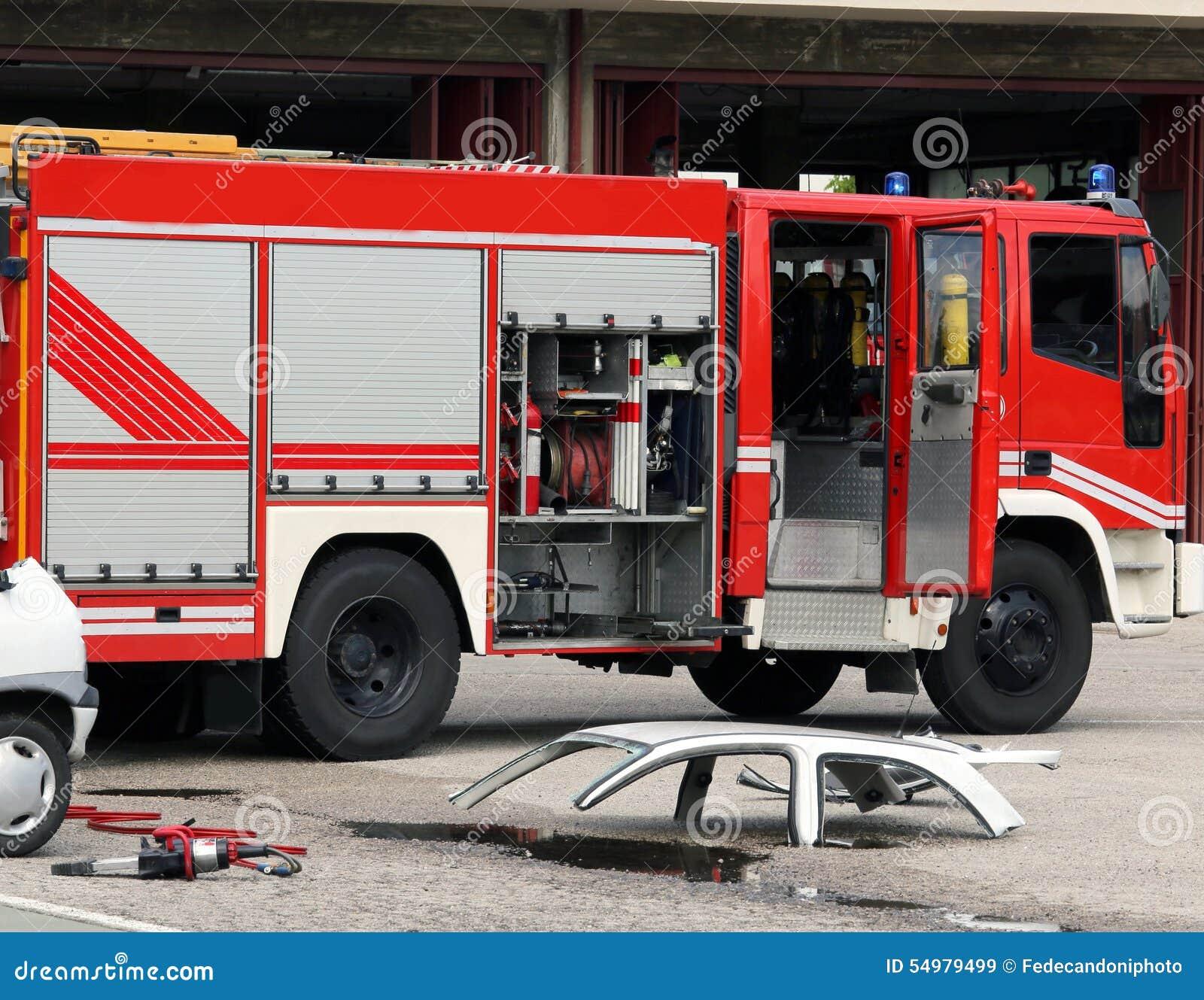 Bilolycka med bildelar och firetrucken