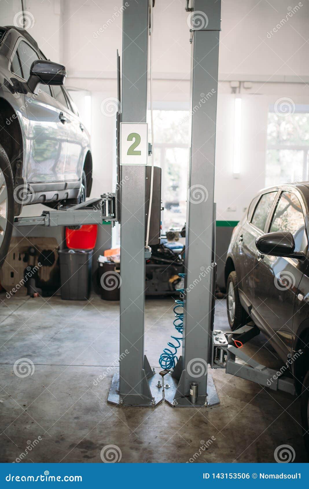 Bilreparation på elevatorn i garaget, inget