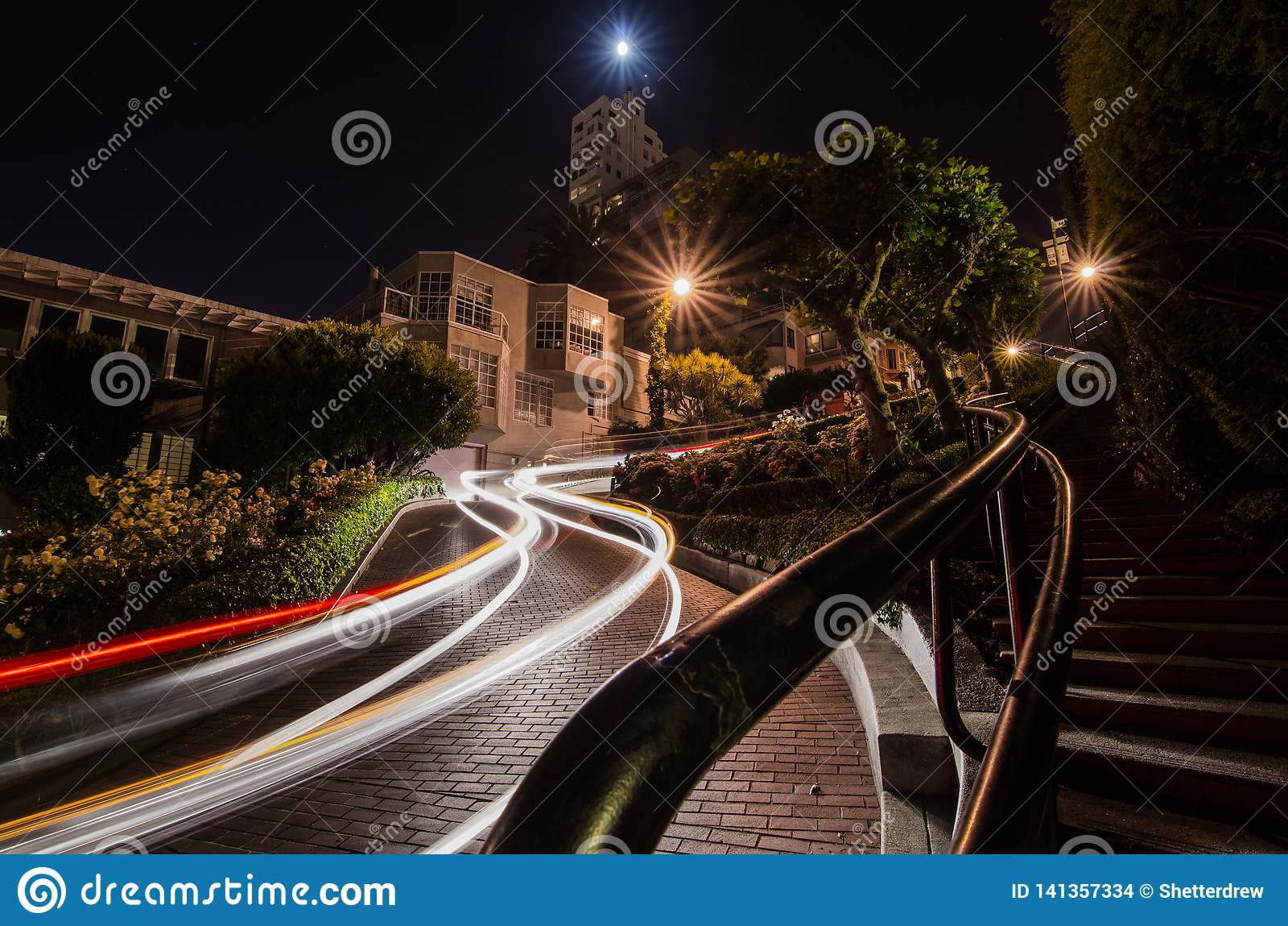 Bilslingor på natten på den Lomard gatan, San Francisco