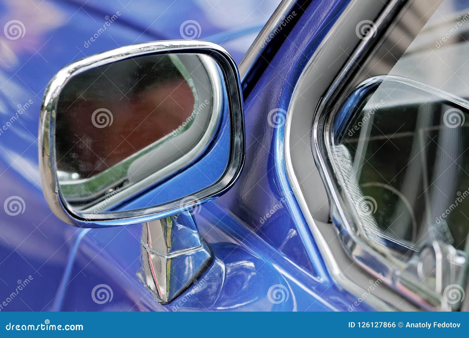 Bilspegel i en kromcasing på en blå bil