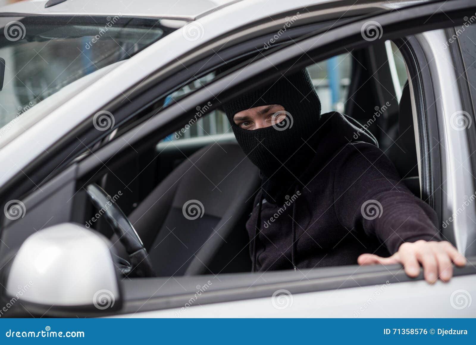 Biltjuven får in i en stulen bil