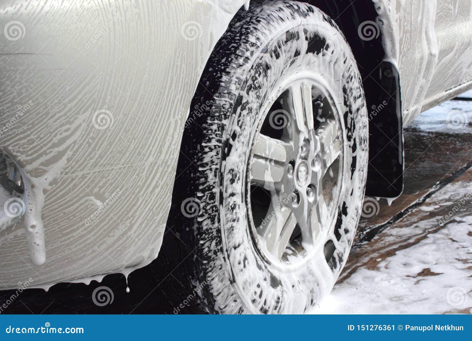Biltvättskum på gummihjulet