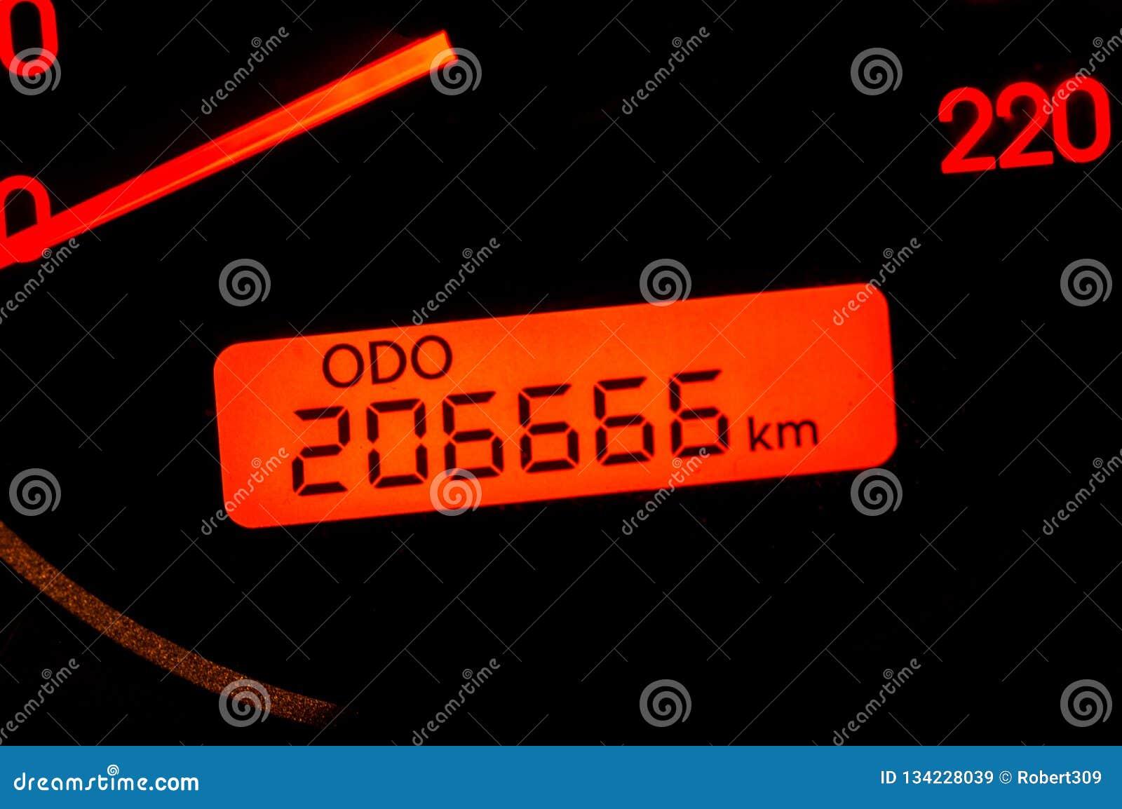 Bilvägmätaren når tvåhundra och sextusen sexhundra och sextiosex kilometer