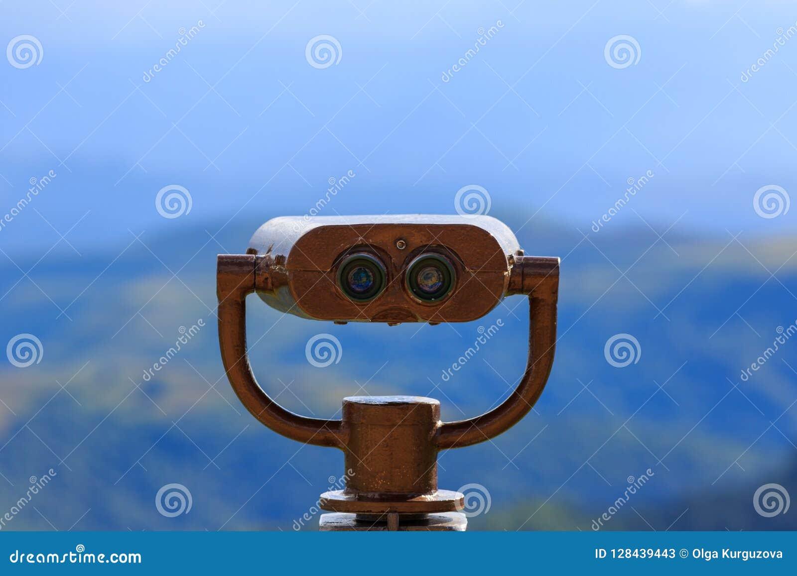 Binóculos em uma plataforma da visão para observar a flora, fauna