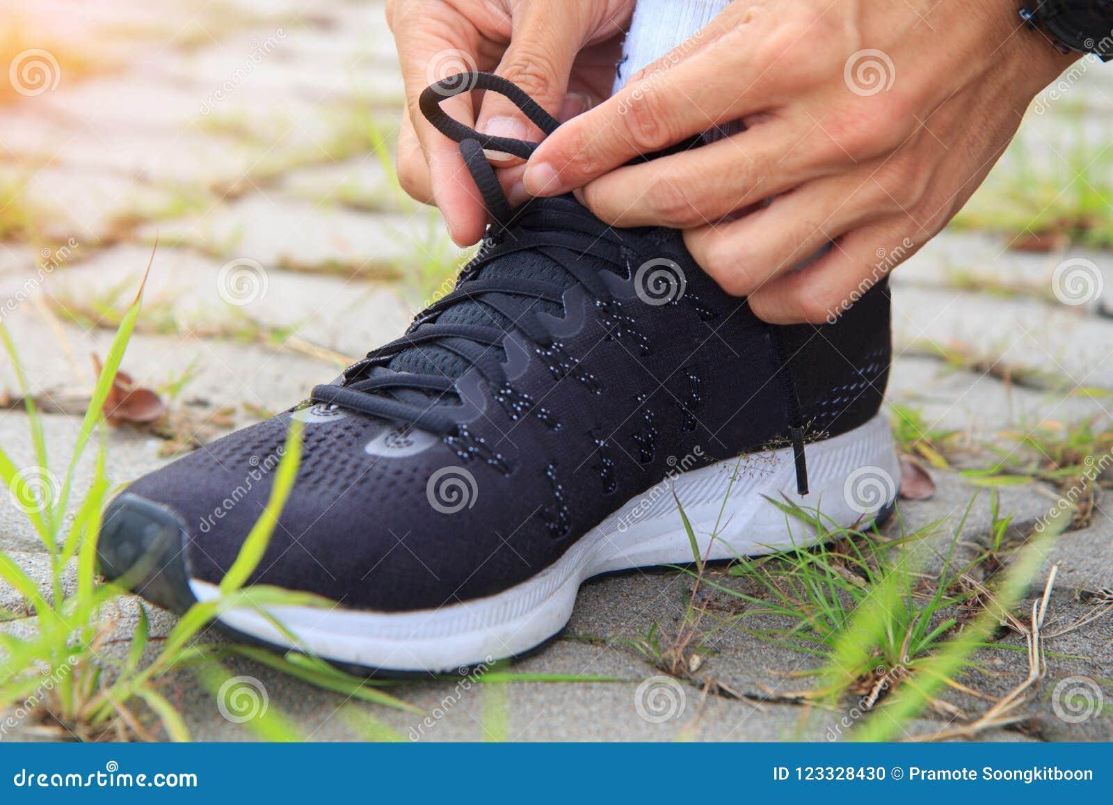 Binden Sie die Schuhe