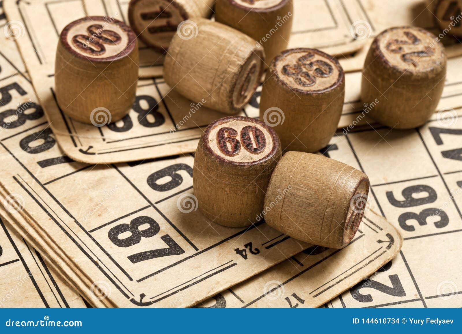 Bingo för tabelllek Trälottotrummor med påsen, spela kort för lottokortspelet, fritid, lek, strategi som spelar, lotteri,