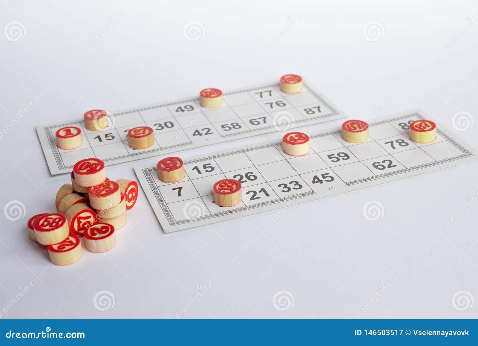 Bingo lub loteryjki gra Drewniane bary?ki loteryjka na kartach Karty i uk?ady scaleni dla bawi? si? bingo na bia?ym stole