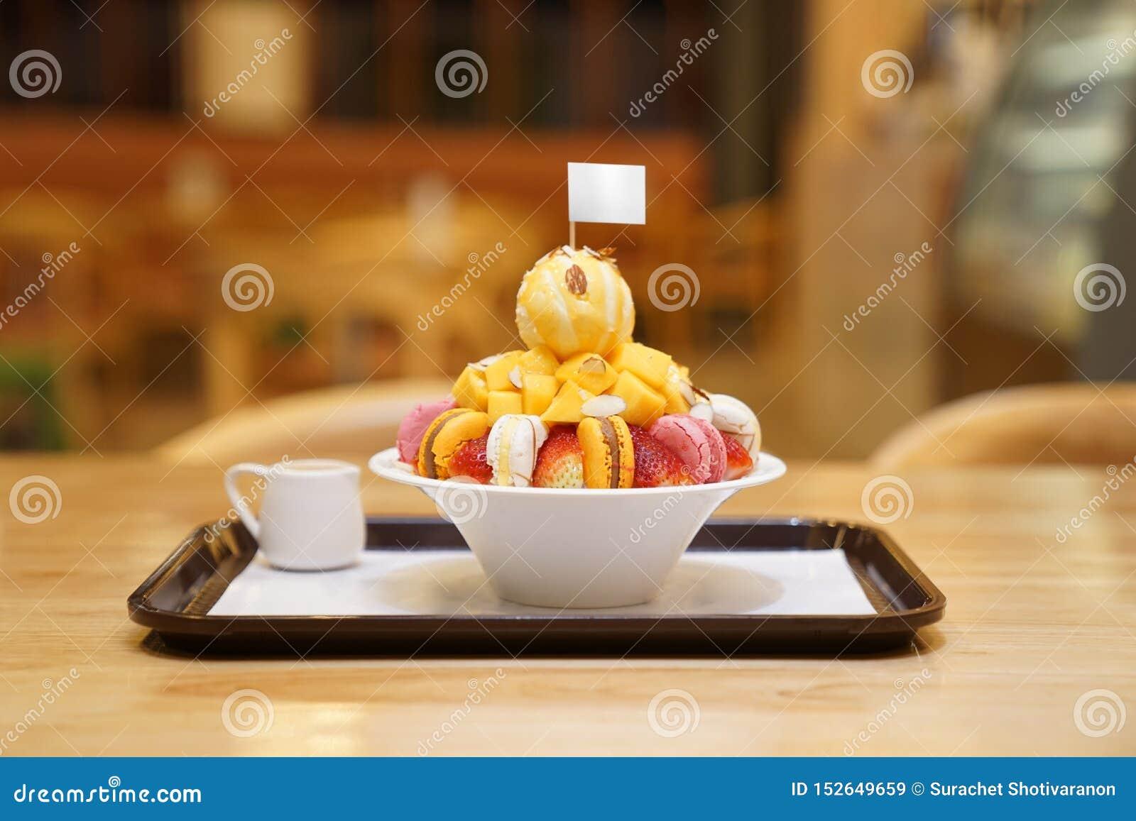 Bingsu, азиатский лед, свежий десерт лета с macron, клубника, миндалина и ванильное мороженое Побритый и политый с услащенный