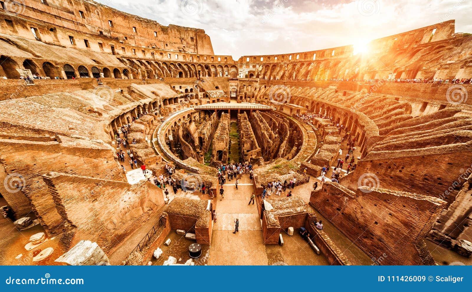 Binnen Colosseum of Coliseum in de zomer, Rome, Italië