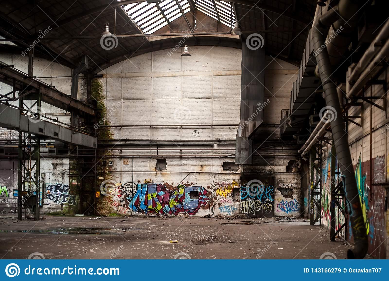 Binnen de oude en verlaten fabrieksbouw met graffiti