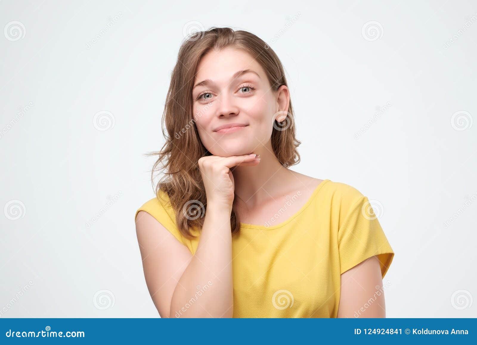 Binnen dicht omhoog geschoten van jonge aantrekkelijke Europese vrouw, die warm en vriendschappelijk terwijl het luisteren aan u