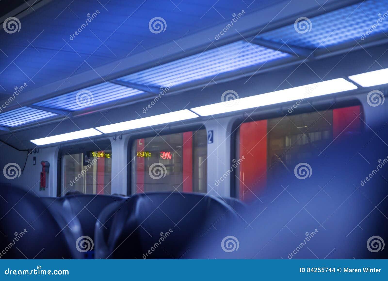 Binnen een regionale trein, vage abstracte achtergrond in blauw en
