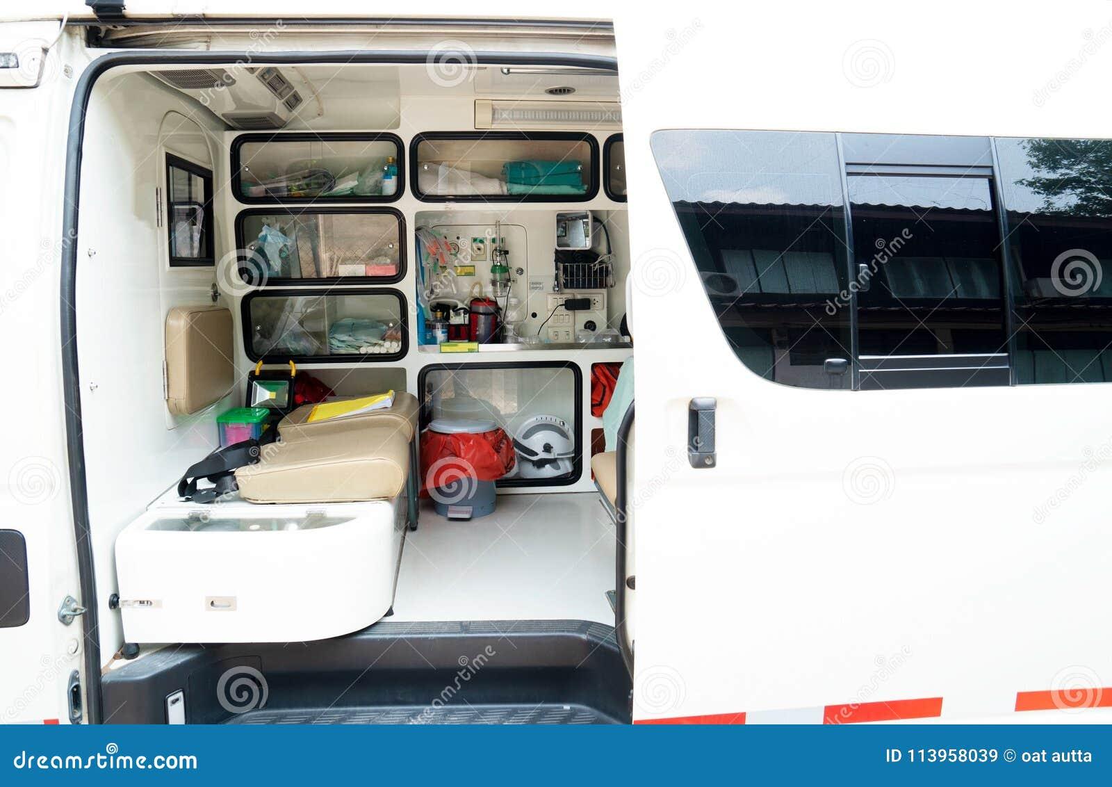 Binnen een ziekenwagen met medische apparatuur De auto voor patiënt verwijst