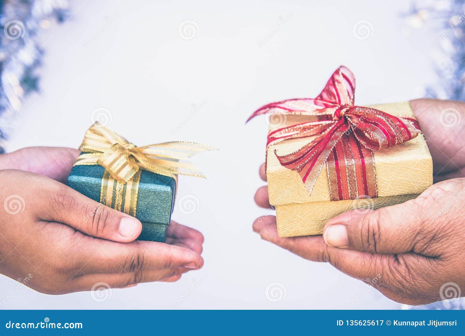 Binnen gevend giftvakje met handen op speciale dagen voor speciale persoon en exemplaar ruimteachtergrond