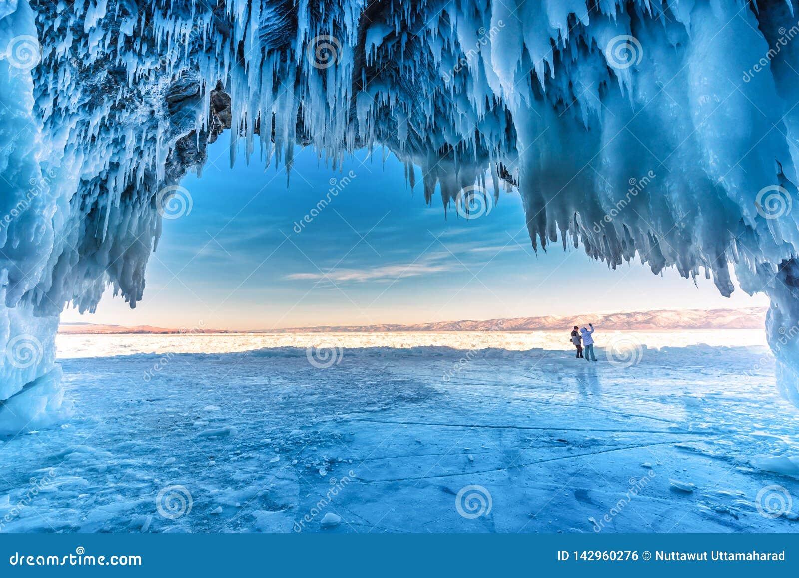 Binnen het blauwe ijshol met paarliefde bij Meer Baikal, Siberi?, Oostelijk Rusland