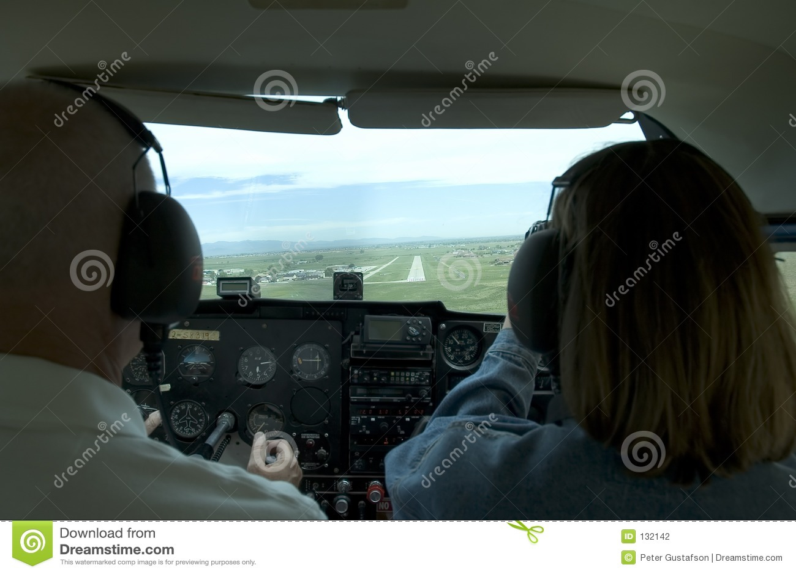 Binnen kleine vliegtuigcockpit